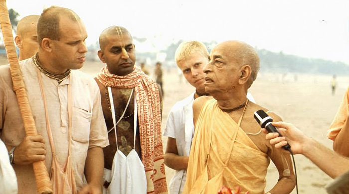 Srila-Prabhupada-speaks-to-Brahmananda-on-Juhu-Beach-Bombay