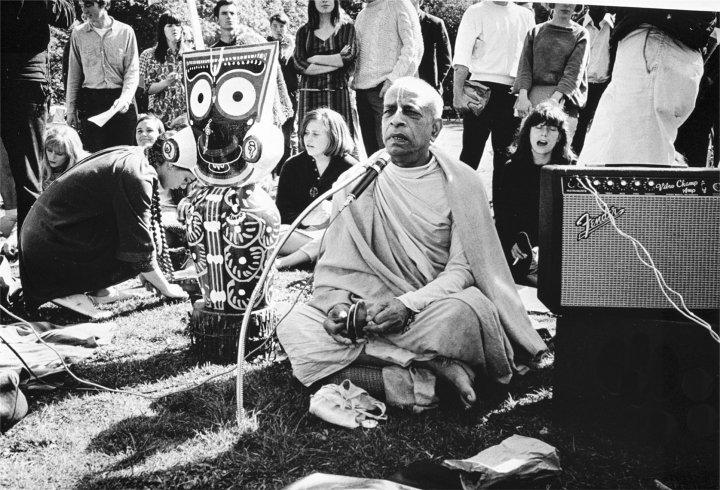 Srila-Prabhupada-chanting-in-park