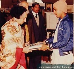ex.-prime-minister-Indira-Gandhi-recived-Srila-Prabhupada-Bhagvatam