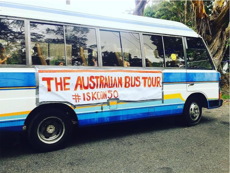 ऑस्ट्रेलियाई किशोर भक्तों की बस यात्रा