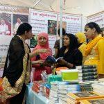 राष्ट्रीय पुस्तक मेला, सूरत में पुस्तक वितरण