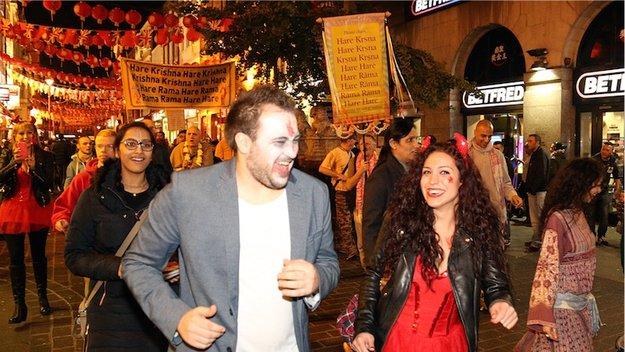 हैलोवीन उत्सव पर लंदन में हरिनाम संकीर्तन